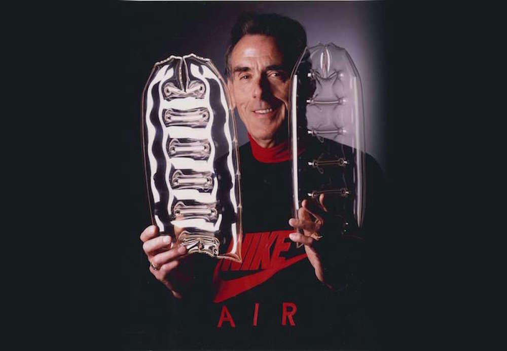 En 1978 Nike inventó las cámaras de aire y con ellas unas zapatillas que revolucionaron para siempre el mundo del running y de la cultura sneaker.  El AIR fue desarrollado por un ingeniero aeroespacial, un maratonista de Minnesota con un tiempo de 2:19 y por viejos fabricantes de calzado de Nueva Inglaterra. Tardaron seis años en conseguirlo y las presentaron en la Maraton de Honolulu. No te pierdas esta apasionante historia contada por LuisMiguel JUMI, uno de los mejores coleccionistas de zapatillas vintage de Europa.